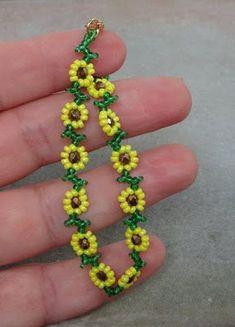 Daisy Bracelet, Bracelet Crafts, Beaded Bracelets, Embroidery Bracelets, Handmade Beaded Jewelry, Beaded Jewelry Patterns, Beading Patterns, Bead Jewellery, Seed Bead Jewelry