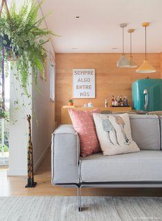 apartamento com sala integrada e detalhes de estilo escandinavo, como os tons neutros