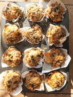 Készítettetek már sós muffint? Ha nem, akkor itt az ideje kipróbálni, ha pedig igen, akkor ezt a receptet imádni fogjátok!Természetesen teljes kiőrlésű liszttel és cukormentes változatban, egy igazi superfood, amiben a tojás,a túró, a sajt és a magvak gondoskodnak a fehérjéről, az édesburgonya… Chili, Muffin, Superfood, Breakfast, Morning Coffee, Chile, Muffins, Chilis, Cupcakes