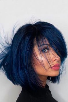 Latest trend in hair: Are you ready for navy blue hair? The popularity of navy blue hair is increasing! We are used to blue hair, pink, what about navy blue? Bangs With Medium Hair, Medium Hair Styles, Curly Hair Styles, Short Bangs, Short Pixie, Short Cuts, Blue Black Hair Color, Dark Blue Hair, Deep Blue