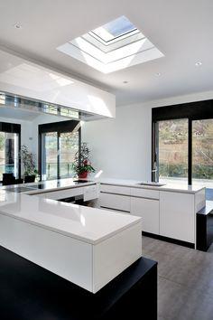 Witte strakke keuken met VELUX lichtkoepel met buitenzonwering op zonne-energie