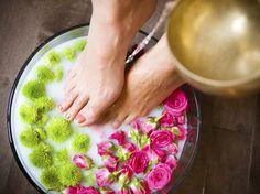 Fussbad selber machen: Wir verraten, wie Sie ein Fußbad ganz einfach selber machen können. Mit passenden Rezepten!