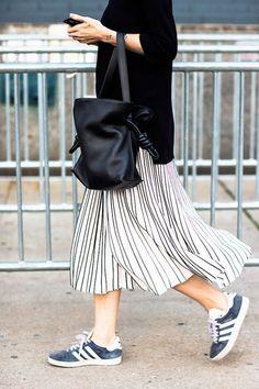 """Mais uma combinação de saia midi listrada com tênis tbm listrado: a diferença aqui é que as listras não são tão """"combinandinhas""""... o que não impede o mix e beleza do look!"""