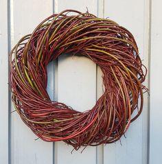 Krans av Sibirkornell ved hjelp av en enkel fletteteknikk.   SkarpiHagen Autumn Decorating, Grapevine Wreath, Grape Vines, Wreaths, Style, Deco, Swag, Door Wreaths, Vineyard Vines