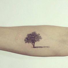 Tatuajes Pequeños — Tatuaje de un pequeño árbol situado en el...