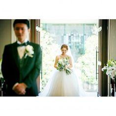 新郎側から遠目に写る、花嫁姿にドキドキ