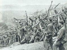 Tropas chinesas em pose vitoriosa.