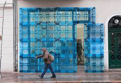 Jan Körbes reconstruct building façade using plastic pallets Plastic Pallets, Recycled Pallets, 1001 Pallets, Repurposed Wood, Wood Pallets, Display Design, Store Design, Blue Pallets, Painting Station