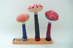 Décoration : Trio de champignon sur socle en bois N°143 : Textiles et tapis par un-radis-m-a-dit
