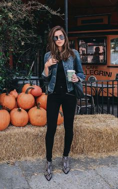 Jaqueta jeans, blusa preta, calça skinny preta, ankle boot com animal print