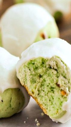 Glazed Pistachio Cookies Use box of Pistaschio Pudding. Cookie Desserts, Cookie Recipes, Dessert Recipes, Delicious Desserts, Yummy Food, Macaron, How Sweet Eats, Yummy Cookies, Christmas Baking