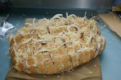 Dit verrukkelijke blokjesbrood maak je lekker zelf! Voor bij de thee, (borrel), op een feestje of als maaltijd. Klik op de afbeelding voor het recept!