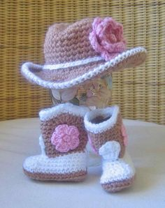 Tiny cowgirl set, crochet cowboy hat and boots with pink flowers This pattern is a rather basic baby hat. Baby Girl Crochet, Crochet Baby Clothes, Crochet Baby Shoes, Cute Crochet, Flower Crochet, Crochet Cowboy Hats, Crochet Boots, Crochet Beanie, Baby Set