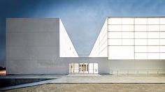 The Sport Pavilion and Classroom Complex designed by the architect Alberto Campo Baeza for the Francisco de Vitoria University in Madrid. Architecture Design, Minimalist Architecture, Modern Architecture House, Concept Architecture, Pavilion Architecture, Serpentine Pavilion, Architecture Religieuse, Madrid, Facade Lighting