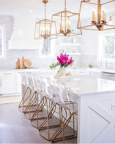 This contemporary interior designer home tour sings of bright and light! In creating her dream home, you'll find transitional furnishings with a nod to contemporary and a coastal sprinkle.  #contemporarydesign #dreamhome #transitionalhome #homefurnishings #coastalhome #interiordesigner #hometour #sff225