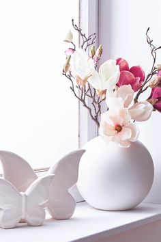 Spring Simplicity 🌷 Spring mood does not necessarily need pastel shades . - Spring Simplicity 🌷 Spring mood does not necessarily need pastel shades – this deco arrangemen - Colorful Flowers, Spring Flowers, Fireplace Console, Fleurs Diy, Deco Floral, Spring Home Decor, Farmhouse Wall Decor, Pastel Shades, Decorating Rooms
