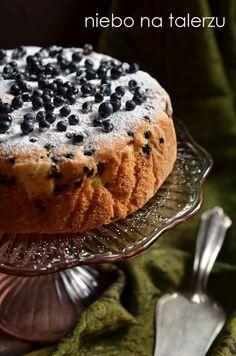Robi się je błyskawicznie. To szybkie ciasto do popołudniowej kawy czy kubka mleka na śniadanie. Nie należy przesadzić z ilością owoców i wy...