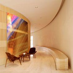 Arnaud de Gramont, photographie architecturale Madrid, Ce projet In Situ se trouve dans un hôtel à Madrid en Espagne. Créer un lien entre le hall d'un hôtel, lieu de rencontres et la Feria de San Isidro, lieu d'échanges, s'est concrétisé par deux photographies colorées et vivantes, inscrites dans la dynamique du mur courbe.