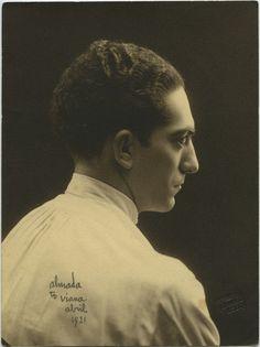 Este domingo comemora-se os 120 anos do nascimento de Almada Negreiros. As memórias do artista são revisitadas em 20 fotografias, uma das quais inédita, disponibilizadas ao PÚBLICO pelas suas netas.