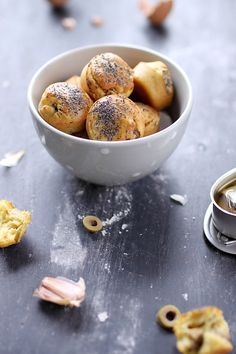 Mini gâteaux au yaourt à la sardine, à lail et aux olives