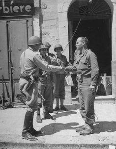 Général George S. Patton pour féliciter le lieutenant-colonel William O. Darby après que ses troupes américaines Rangers ont aidé à prendre la ville de Gela.