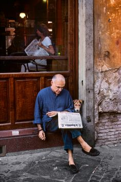 Steve McCurry: gorgeous photographs of people reading around the world. – stories are everywhere Journal Photo, World Press Photo, Photographs Of People, Cultural, Comme Des Garcons, Around The Worlds, Relationship, In This Moment, Rome Italy