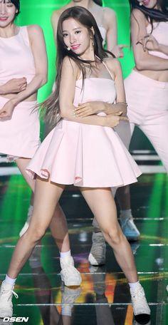 [사진]우주소녀 보나,'더 사랑스럽게' Pretty Asian Girl, Beautiful Asian Girls, Pretty Girls, Girl Standing, Cosmic Girls, Kpop Girls, Pinup, Skater Skirt, Idol
