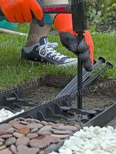 Une bordure souple, en plastique 100% recyclé. Très simple à poser pour créer des arabesques de galets ou simplement séparer l'herbe des graviers. A voir ! http://fr.jardins-animes.com/bordure-plastique-recycle-75cm-haut45cm-clous-p-2352.html