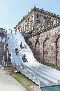 Majestic Cliveden House installs temporary 57ft giant slide ps Wyobrażacie sobie coś takiego w Polsce? Zjeżdżalnia z zabytku?