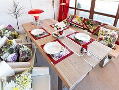 Holztisch mit Ledersessel und Lederbank, für gemütliche Stunden
