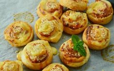 Looking for the best puff pastry out there? Look no further, you've found the bacon and cheddar puff pastry! Easy to make, easy to bake. Vol Au Vent, Mini Quiches, Cheddar, Food Inspiration, Waffle, Bacon, Clean Eating, Muffin, Favorite Recipes