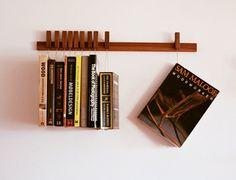 Étagère à livres en bois sur-mesure / étagère en noyer. Broches fonctionnent également sous forme de signets. Bibliothèque