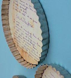 Un plat à tarte recyclé et transformé en support de recette de cuisine à accrocher au mur