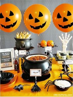 A Halloween Chilling Chili Party Buffet - Halloween Party Spooky Halloween, Décoration Table Halloween, Halloween Food For Party, Halloween Party Decor, Baby Halloween, Holidays Halloween, Halloween Treats, Halloween Dinner, Halloween House
