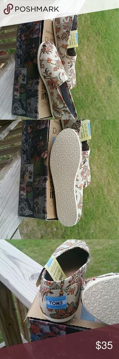 Bnwt tom shoes Very cute pair of brand new tom shoes Toms  Shoes Flats & Loafers