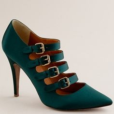 I don't know why, but I own so many green heels and now I want to add this pair to my collection.