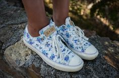 Floral print all star converse low top. soooooo cute for summer! Floral Converse, Converse Shoes, Vans Sneakers, White Sneakers, Floral Sneakers, Cute Shoes, Me Too Shoes, Look Fashion, Womens Fashion