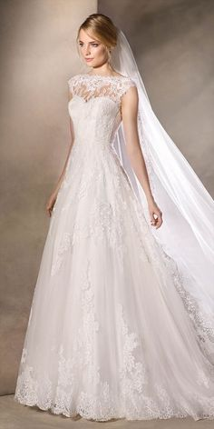 Delicate Princess Wedding Dress In Tulle A Bateau Neckline Lace Embroidery And Gemstones