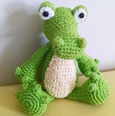 indo Jacaré feito em crochê com linha 100% algodão.   Jacaré Amigurumi , Crocodilo feito de crochê.  Excelente para decorar e presentear!  Tamanho: 20 em (em pé) ou 14 cm (sentado)