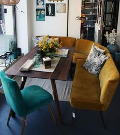 gemütliche Sitzecke This might be my dream nook! Love the mustard bench and the aquamarine chair and the mid century table. LOVE THIS NOOK! The post gemütliche Sitzecke appeared first on Welcome! Retro Home Decor, Cheap Home Decor, Dining Room Lighting, Entryway Lighting, Table Lighting, Interior Lighting, Home Remodeling, Small Spaces, Living Room Decor