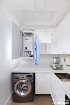 Ambiente que requer organização e muita praticidade, a lavanderia pode sim ter seu charme! Um revestimento caprichado na parede, metais com design, varal e mobiliário versáteis são capazes de tornar o espaço mais funcional e agradável aos olhos.