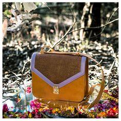ISABELLA: La puedes usar como handbag o shoulder bag ya que tiene correas convertibles. Tiene bolsillos internos y esta fabricada 100% en cuero, hecha a mano.   En camel, lavanda y print de cocodrilo café.