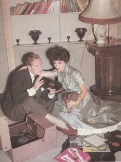 "dame-liz: ""Elizabeth Taylor and her husband Michael Wilding "" Golden Age Of Hollywood, Old Hollywood, Hollywood Music, Hollywood Party, Young Elizabeth Taylor, Michael Wilding, Violet Eyes, Vinyl Junkies, British American"