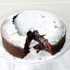 Swedish Chocolate Cake – chewy, brownie-like edges, molten chocolate centre. 1 pot, 5 ingredients + 40 minutes, super easy (+ video tutorial).