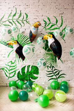 green-white-palm-print-and-big-foil-toucan-balloons-photozone-ideas