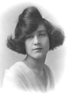 """Vintage Hairstyles The Flapper Hairstyle """"Windswept Bob"""" - A short illustrated essay on iconic short flapper hairstyles, including bobbed hair, the Eton crop and Charleston cut among others Easy Vintage Hairstyles, Bob Hairstyles, Flapper Hairstyles, Haircuts, 1920s Hair, 1920s Flapper, Retro Updo, Extreme Hair, Retro Waves"""