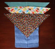 Wash Cloth bibs! TOO cool really want to make a few! Baby Sewing Projects, Sewing For Kids, Diy For Kids, Sewing Ideas, Bib Tutorial, Adult Bibs, Baby Boutique, Baby Crafts, Baby Bibs