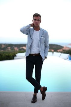 Den Look kaufen:  https://lookastic.de/herrenmode/wie-kombinieren/sakko-t-shirt-mit-rundhalsausschnitt-anzughose-oxford-schuhe-einstecktuch-guertel/9342  — Hellblaues Sakko  — Weißes Einstecktuch  — Weißes T-Shirt mit Rundhalsausschnitt  — Dunkelbrauner geflochtener Ledergürtel  — Dunkelblaue Anzughose  — Dunkelbraune Leder Oxford Schuhe
