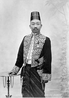 Surakarta, Dutch East Indies, Javanese, Southeast Asia, Old Photos, Lace Skirt, Traditional, Embroidery, History