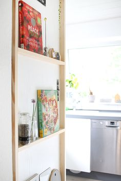 Do it yourself: shelf for the kitchen made of wood and adhesive film aufbewahrung garten kleidung kosmetik wohnen it yourself clothes it yourself home decor it yourself projects Creative Decor, Unique Home Decor, Diy Home Decor, Home Decor Kitchen, Diy Kitchen, Kitchen Ideas, Do It Yourself Regal, Regal Bad, Homemade Xmas Decorations